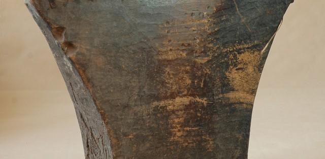 Bamana/Wybrzeże Kości Słoniowej -  Bęben szczelinowy, drewno, metal, ciemnobrązowa patyna ze śladami  użytkowania.
