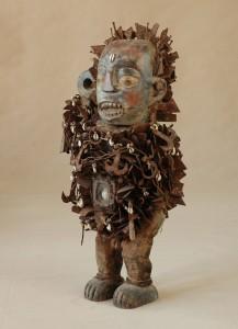 Yombe/Kongo - Fetysz zwany Nkonde, drewno, gwoździe, płytki metalowe, juta, szkło, wys.82 cm.