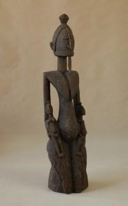 Dogon/Mali - Postać klęczącej kobiety trzymającej dwoje dzieci, drewno, brązowa patyna, wys 104 cm.