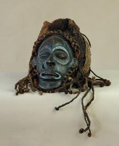 Tchokwe/Angola lub Zair - Maska pwo, drewno, rafia, metal, ciemna patyna, wys. 29 cm.