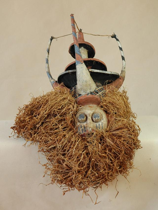 Yaka/Kongo -  Maska, drewno, materiał, rafia, ślady białej, czerwonej i niebieskiej farby, wys. 30 cm
