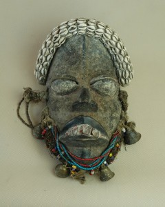 Dan/Wybrzeże Kości Słoniowej - Maska, drewno, sznur, muszelki kauri, dzwoneczki metalowe, wys.33 cm.