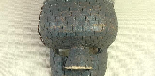 Salampasu/Zair - Maska, drewno, blaszki miedziane, bambus wys. 30 cm.