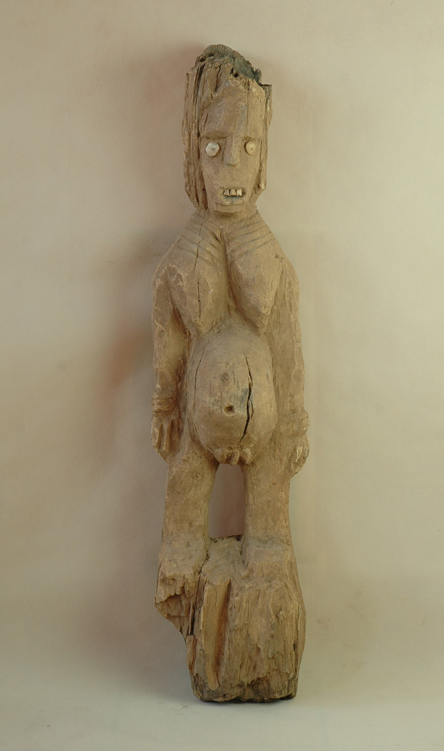 Konso/Etiopia -  Rzeźba nagrobna, drewno, róg, beżowopiaskowa patyna, wys.107 cm.